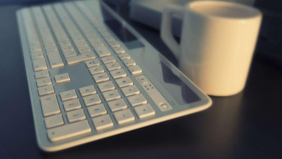 Schon wieder Brösel auf der Tastatur verteilt? So werden PC- und Laptop-Tasten gereinigt.
