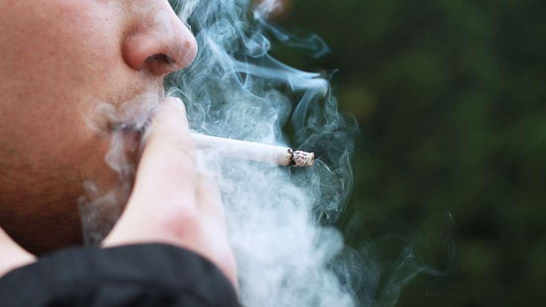Rauchen soll eines der Anzeichen dafür sein, dass Menschen arm sind.