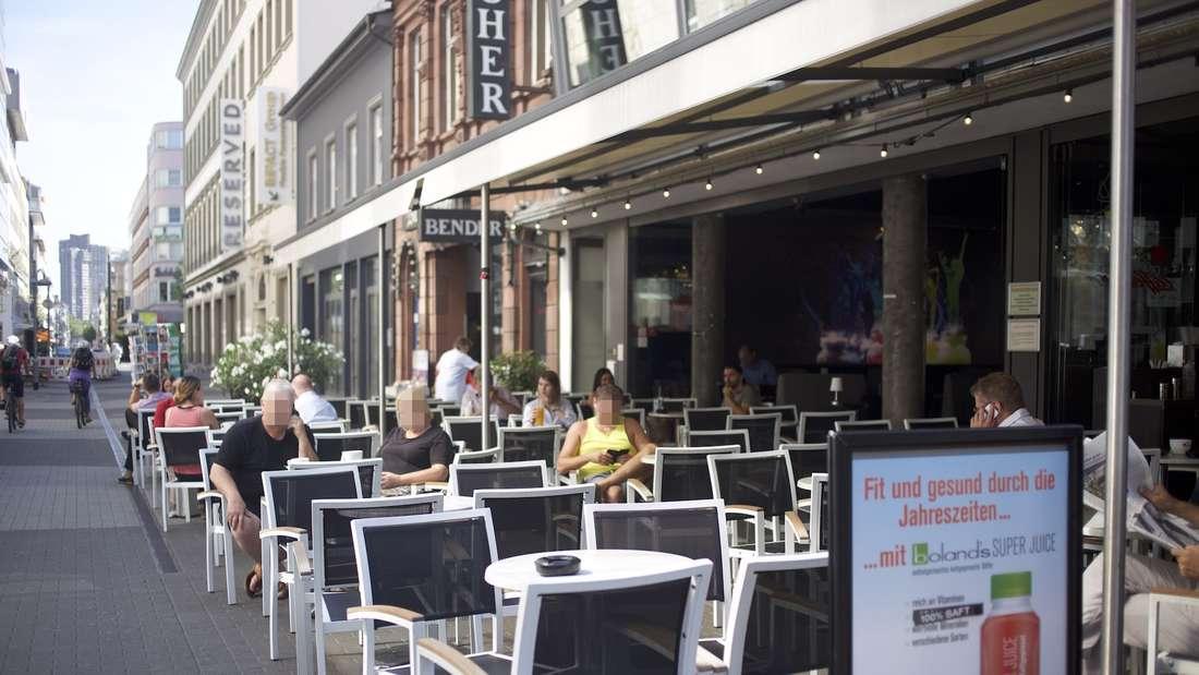 Es ist ein'In-Café' – wer hier sitzt, will gesehen werden!