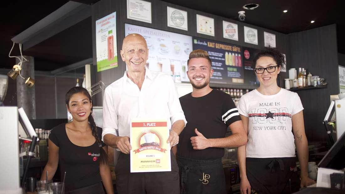 Ronnie und seine Mitarbeiter nehmen stolz die MANNHEIM24-Urkunde für den besten Kaffee Mannheims entgegen.