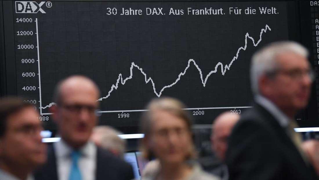 Platz 9 sichern sich Wertpapierhändler. Sie streichen ein jährliches Gehalt von 64.784 Eurobrutto ein.