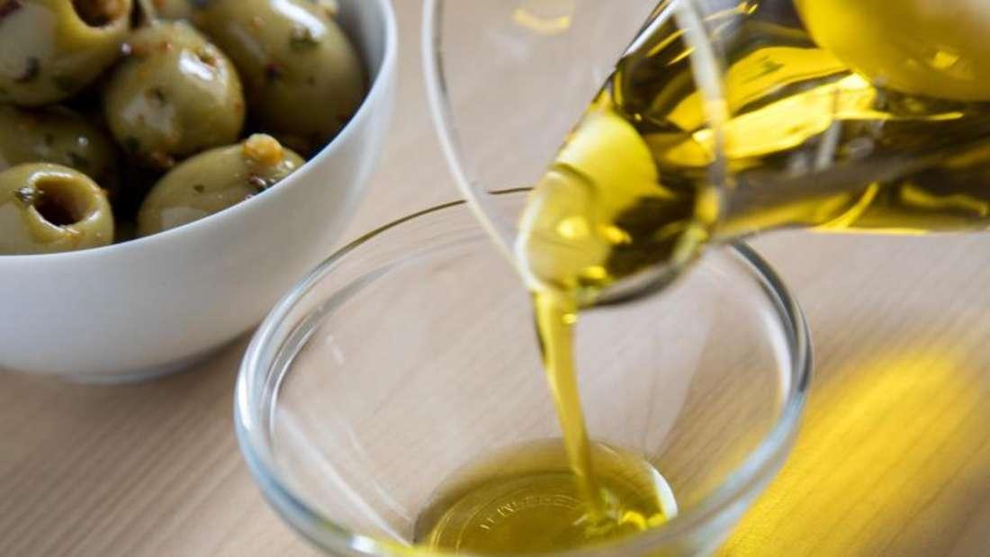 Wer sich nach der Mittelmeerdiät ernährt, setzt auch auf pflanzliche Fette. Ein Klassiker ist Olivenöl. Foto:Christin Klose