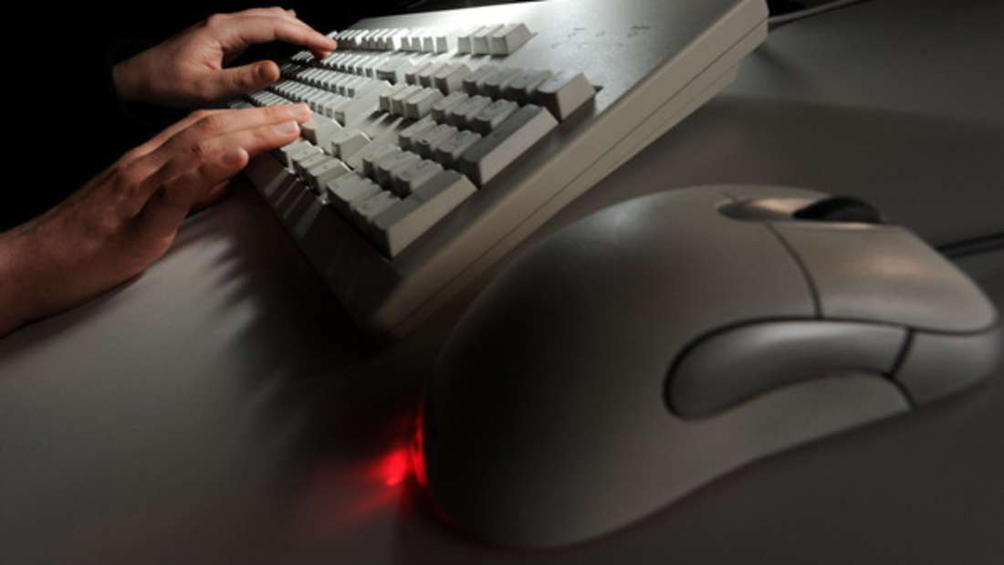 Alles, was an Arbeit erinnert, sollten Sie ebenfalls aus dem Schlafzimmer verbannen. Schließlich soll es ein Ort der Ruhe und Erholung sein - Schreibtisch, Bügeleisen oder Computer sind deshalb woanders besser aufgehoben.