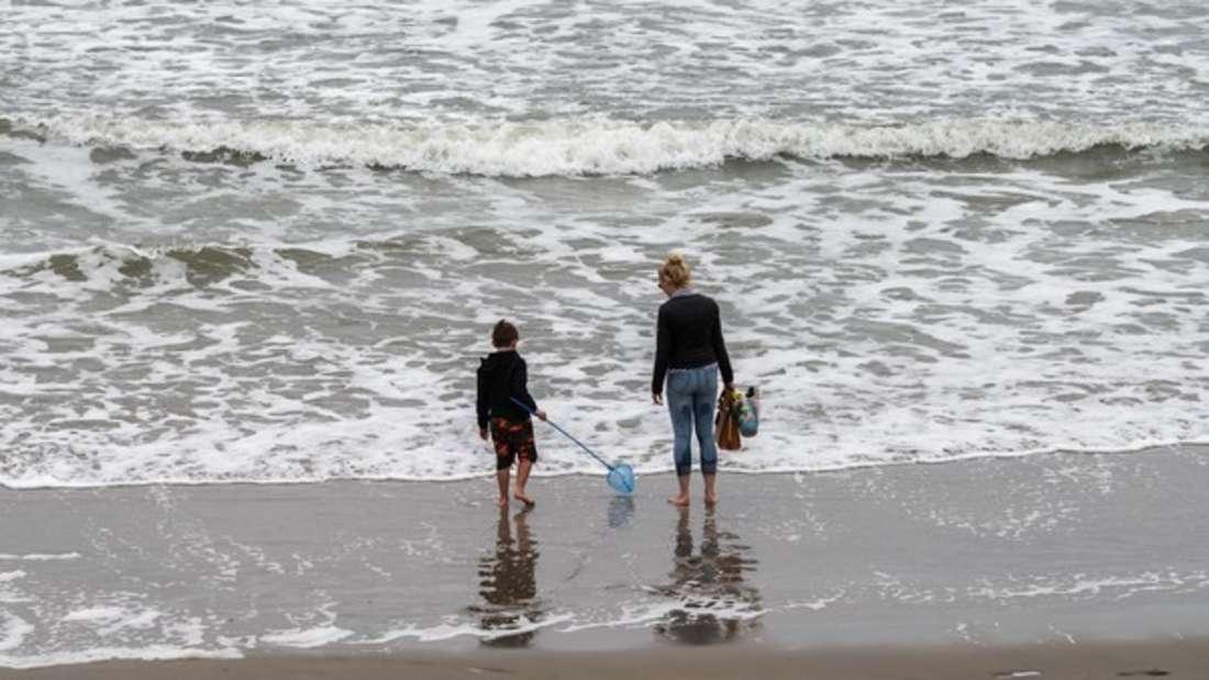 Vorsicht an Nord- und Ostsee: Beim Baden im Meer sollten Sie Ihre Badeschuhe nicht vergessen. (Symbolbild)