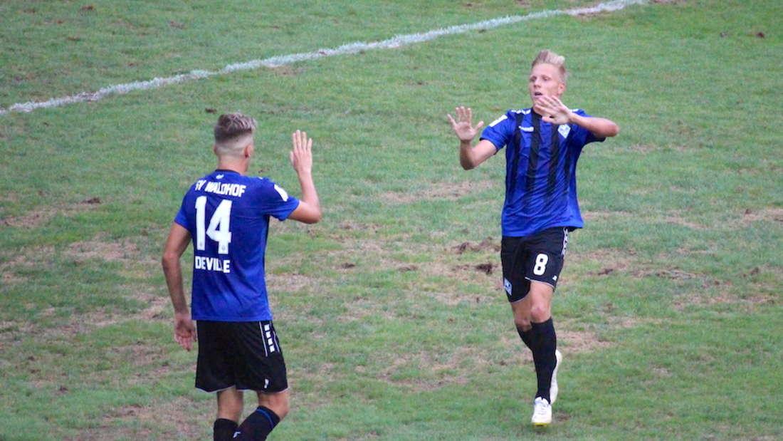 Maurice Deville (li.) und Dorian Diring (r.) bejubeln den Sieg gegen Dreieich.