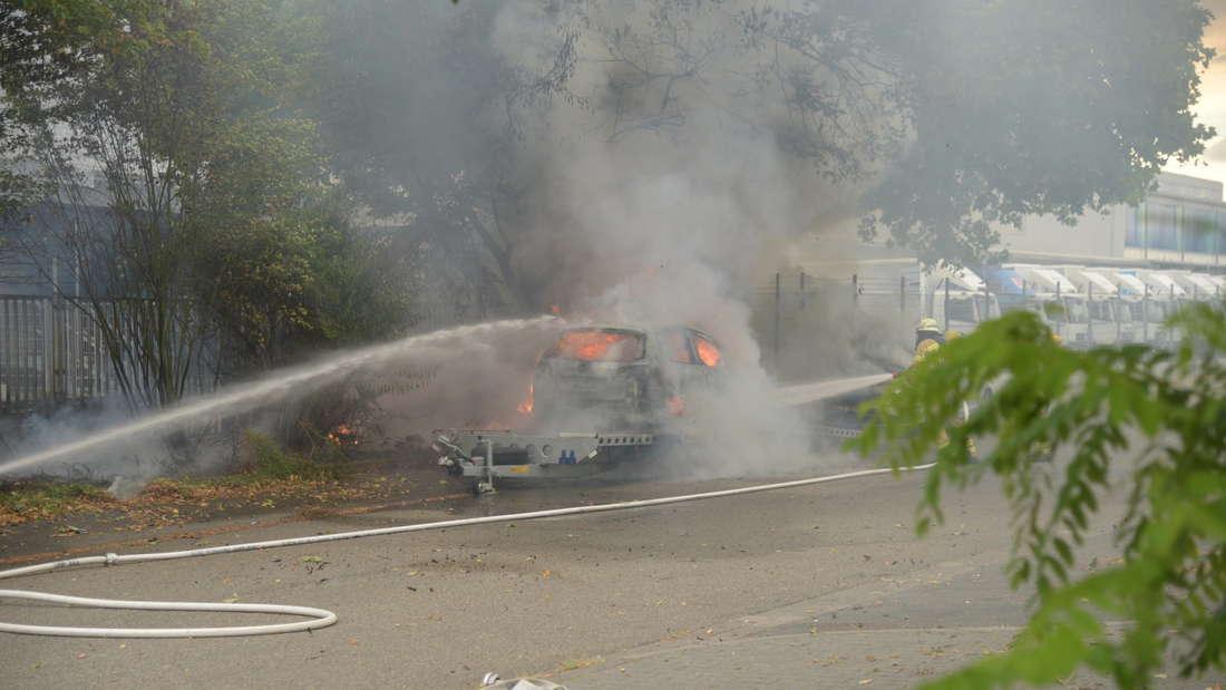 Ein Auto fängt Feuer in der Lembacher Straße.