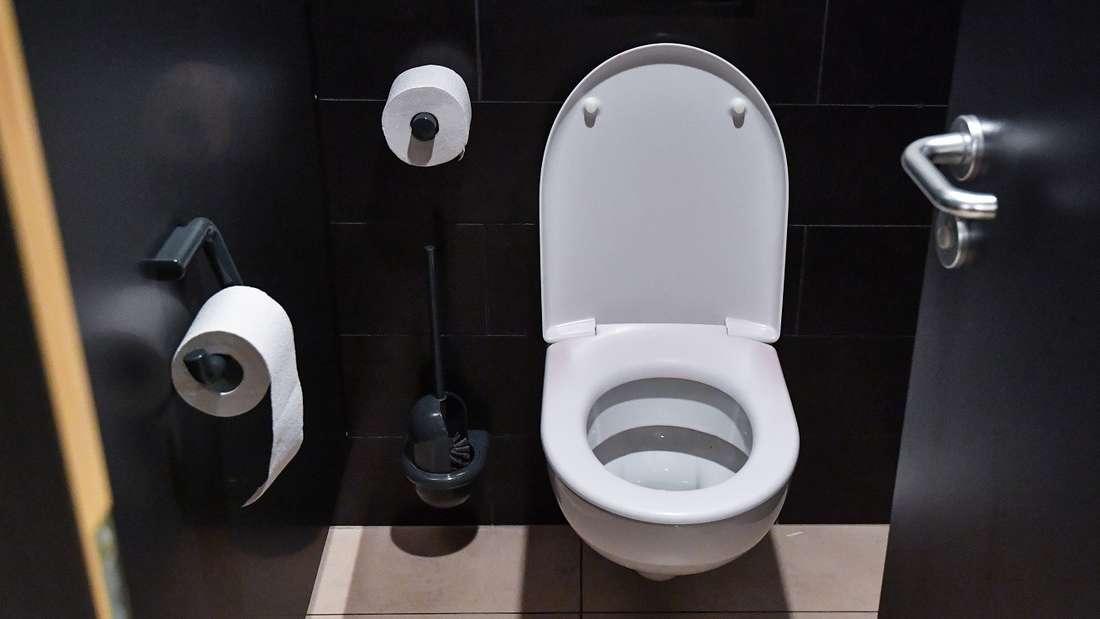 Toiletten-Abfluss reinigen leicht gemacht - mit einem Trick.