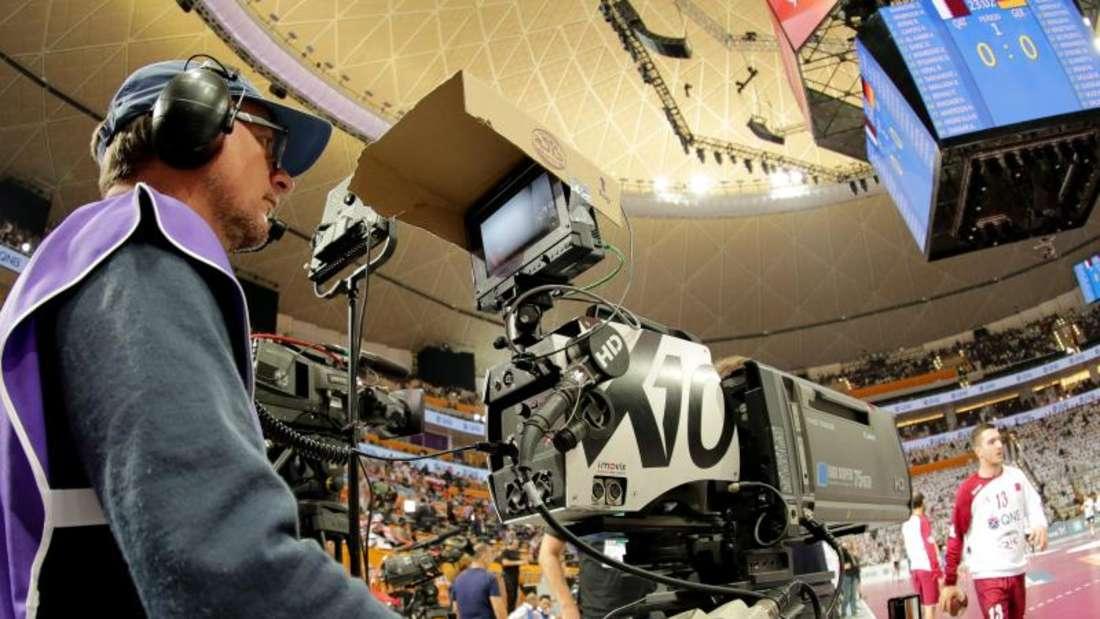 EinTV-Kameramann bei der Handball-WM 2015 in Katar. Der DHB fürchtet für 2019 bei der WM keine freien Live-Übertragungen der Spiele.