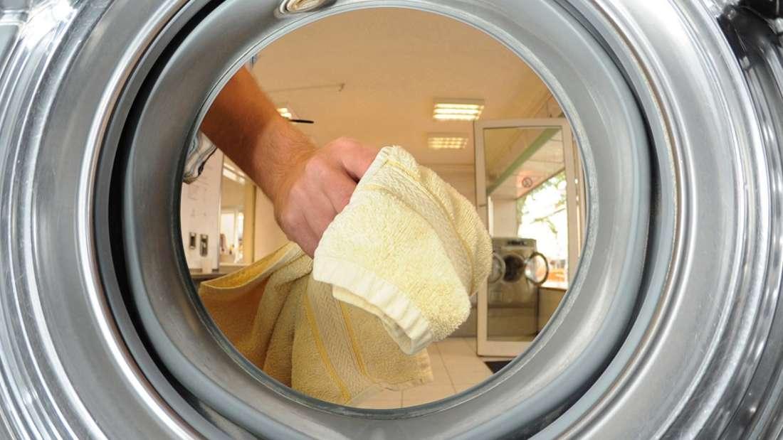 Es muss nicht immer Waschpulver sein: Wäsche wird auch mit Mundwasser hygienisch rein.