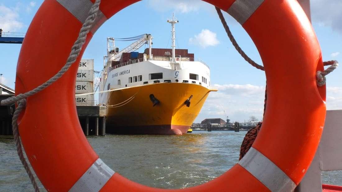 Wer jemanden auf der Kreuzfahrt von Bord fallen sieht, sollte zu allererst den Rettungsring auswerfen.