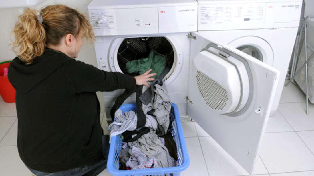 Gerüche, Chemikalien & Co.: Neu gekaufte Kleidung sollte unbedingt in die Wäsche.