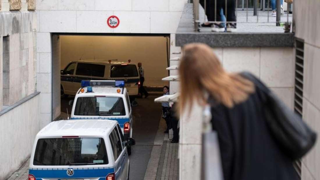 Gefangentransporter fahren in die Tiefgarage unter dem Justizzentrum in Wuppertal. Dort hat der Prozess gegen sechs Jugendliche im Alter von 14 bis 17 Jahren begonnen. Foto: Bernd Thissen