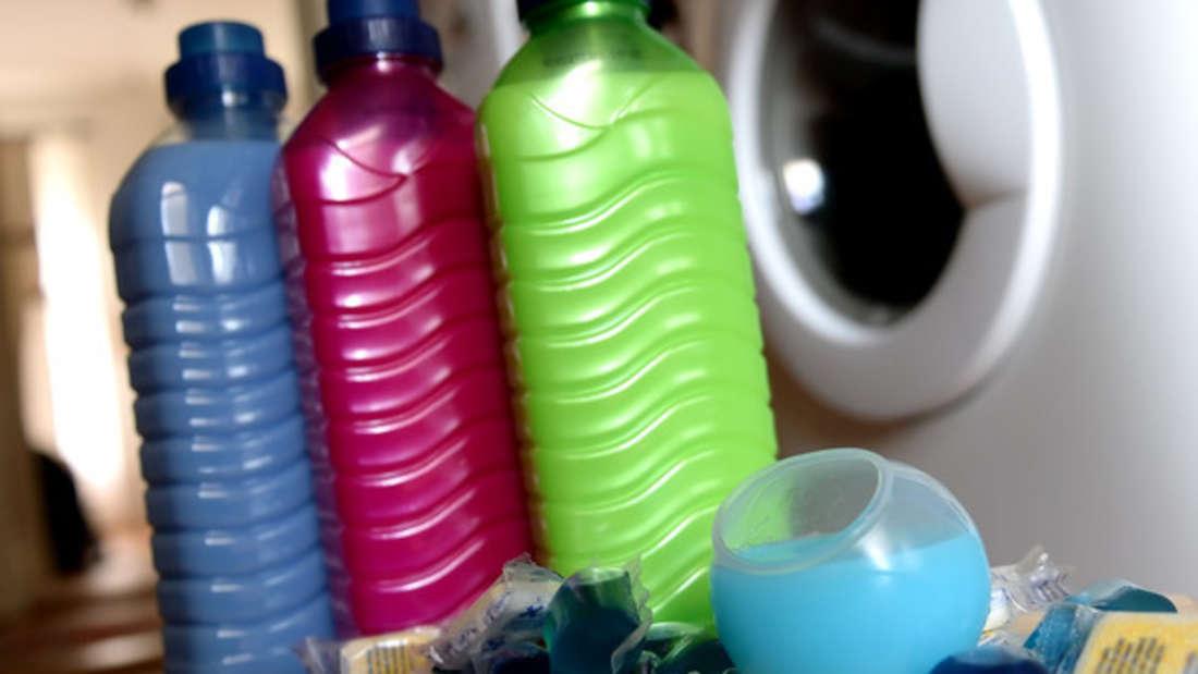 Die einen schwören auf Flüssigwaschmittel, die anderen plädieren für das Waschpulver. Doch was macht den Unterschied?