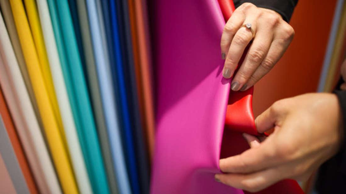 Kunstleder ist fast überall anzutreffen: Als Sofa- oder Autositzbezug sowie Kleidung und Taschen. Bei der Reinigung sollten Sie ein paar Punkte beachten.