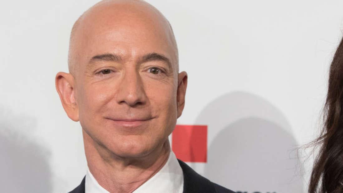 Er gilt als der reichste Mann der Welt und bezieht einen Stundenlohn, von dem sogar andere Multi-Milliardäre nur träumen können. Unfassbare 4.474.885 Millionen Dollar verdient Jeff Bezos allein in einer Stunde.Er ist sogar der erste Mensch überhaupt, der die 100 Milliarden-Marke an Vermögen geknackt hat.