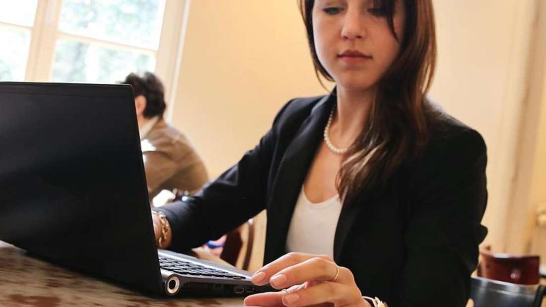 Unterwegs kann ein eigentlich ausrangiertes Smartphone auch prima als mobiler Zugangspunkt für das Internet genutzt werden. Foto: Mascha Brichta