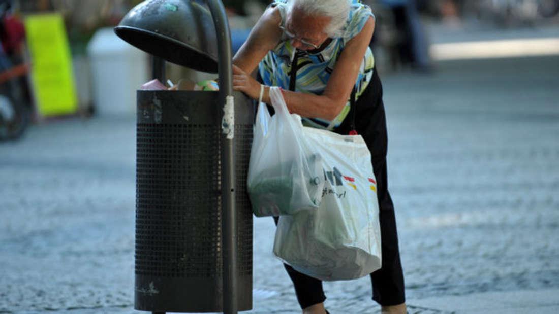 Kein Bild von Seltenheit mehr: Immer mehr Rentner sammeln Pfandflaschen, um ihre magere Rente aufzubessern.
