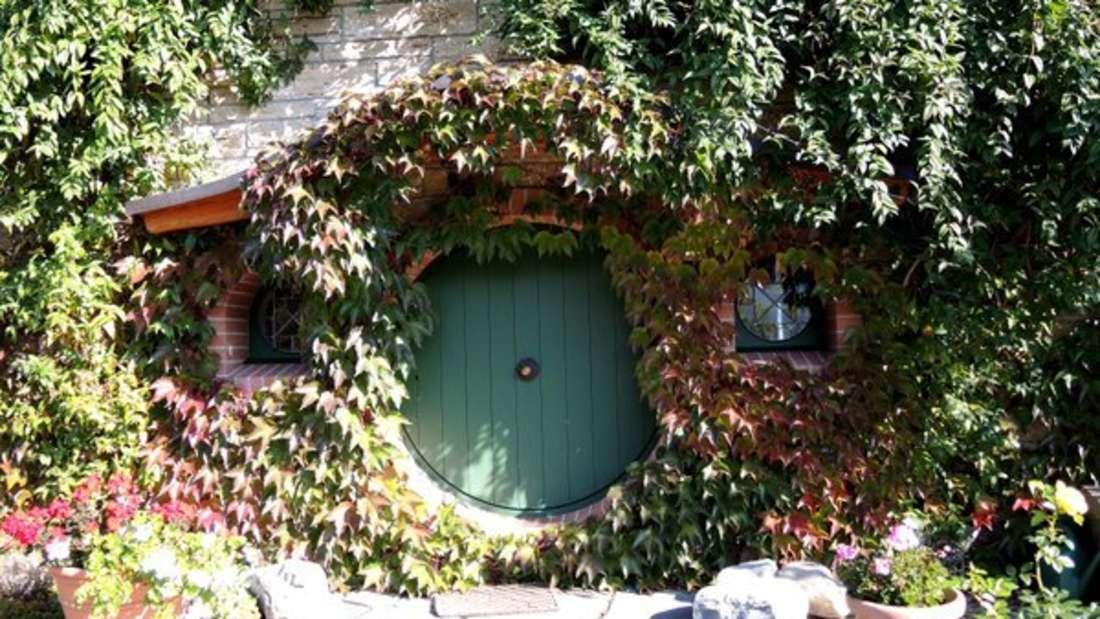 Wer sich ein Hobbit-Haus in der Nähe ansehen will, wird übrigens im Tolkien-Museum in Jenins in der Schweiz fündig.