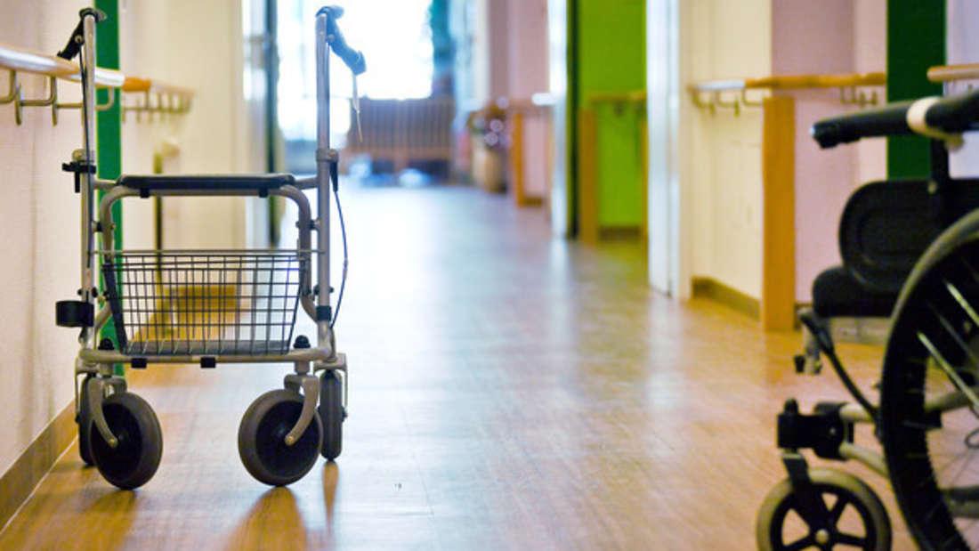 Ein junges Paar zieht in eine Seniorensiedlung - weil es kein Geld für eine Wohnung hat. (Symbolbild)