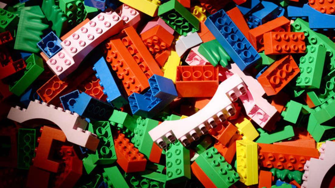 Wenn der Nachwuchswochenlang mit den Legosteinen spielt, ist auch hier mal eine Wäsche nötig, umSchmutz loszuwerden. Das lässt sich auch in der Spülmaschine erledigen. Stellen Sie allerdings die Temperaturen nicht zu hoch ein, damit sich der Kunststoff nicht verformt.