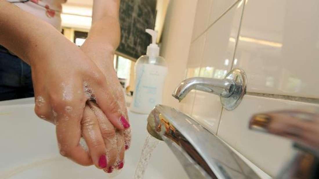 Wiederverwendbare Kosmetikgegenstände wie Seifenspender oder Döschen können Sie auch in die Spülmaschine geben.