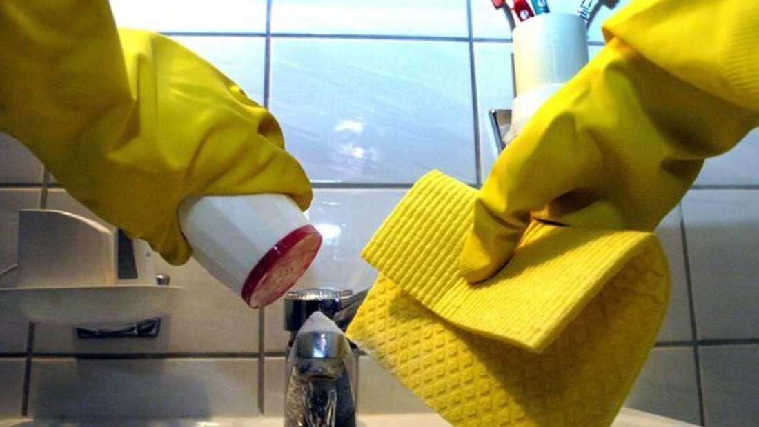 Die Putzlappen und Schwämme im Geschirrspüler zu waschen, kann auch negative Folgen haben.