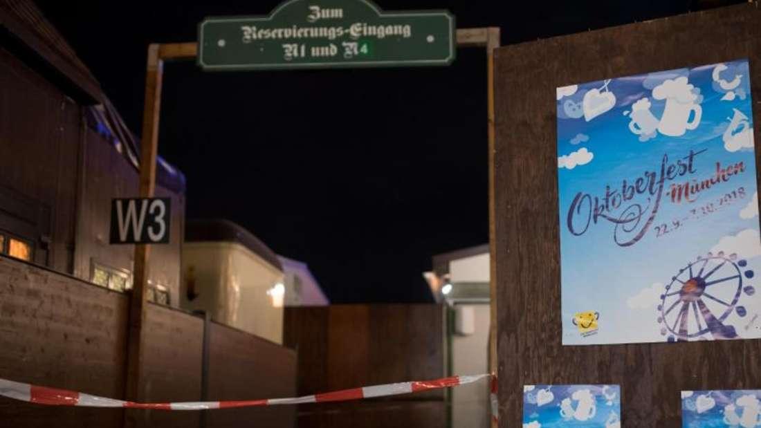 Ein Nebeneingang des Augustiner-Zelts auf dem Oktoberfestgelände ist mit Flatterband abgesperrt. Foto: Sven Hoppe