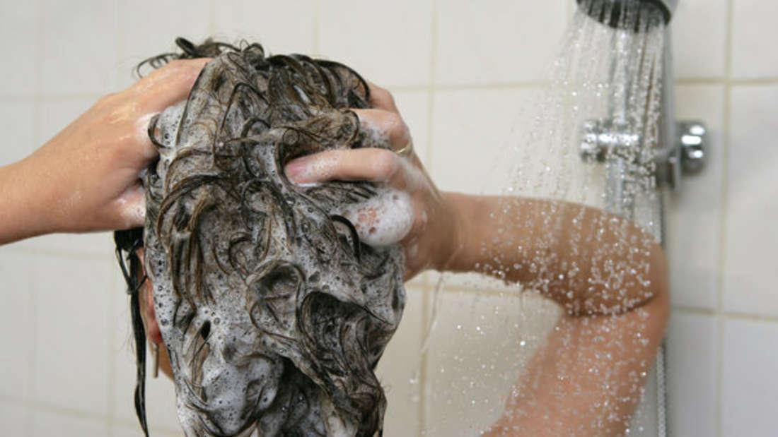 Auf eine warme Dusche will niemand verzichten - doch dann ist mit beschlagenen Spiegeln zu rechnen.
