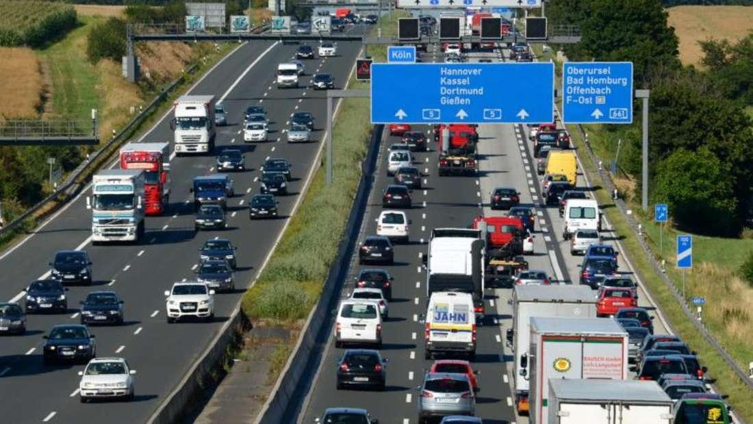Mit der neuen Pendler-Funktion können Google-Maps-Nutzer Verkehrsprobleme besser umgehen. Die Anwendung signalisiert zum Beispiel frühzeitig, ob es auf dem Weg einen Stau gibt. Foto: Roland Holschneider