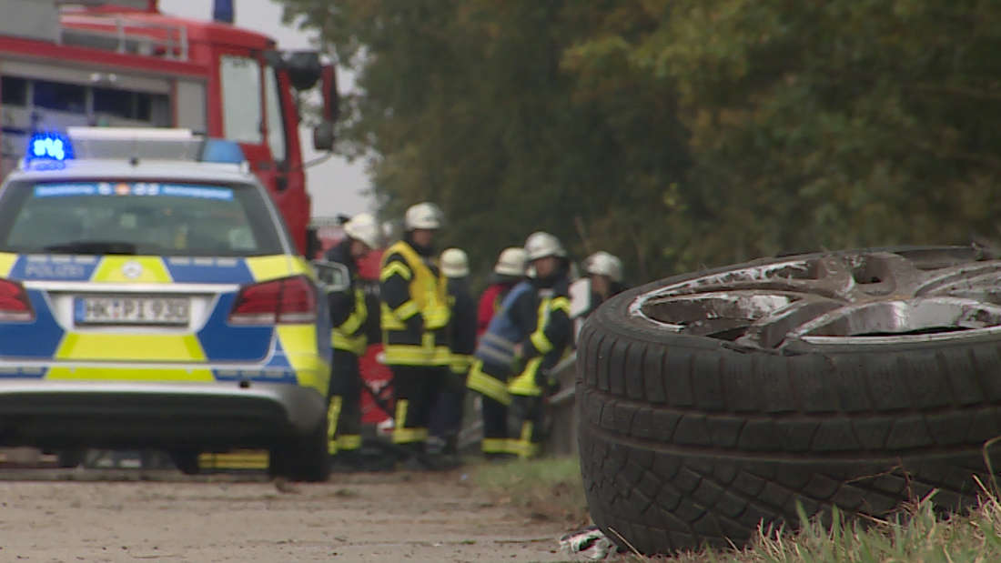 Bei drei schweren Unfällen innerhalb weniger Stunden sind am Sonntag fünf Autofahrer ums Leben gekommen. Drei kamen bei Autobränden zu Tode.