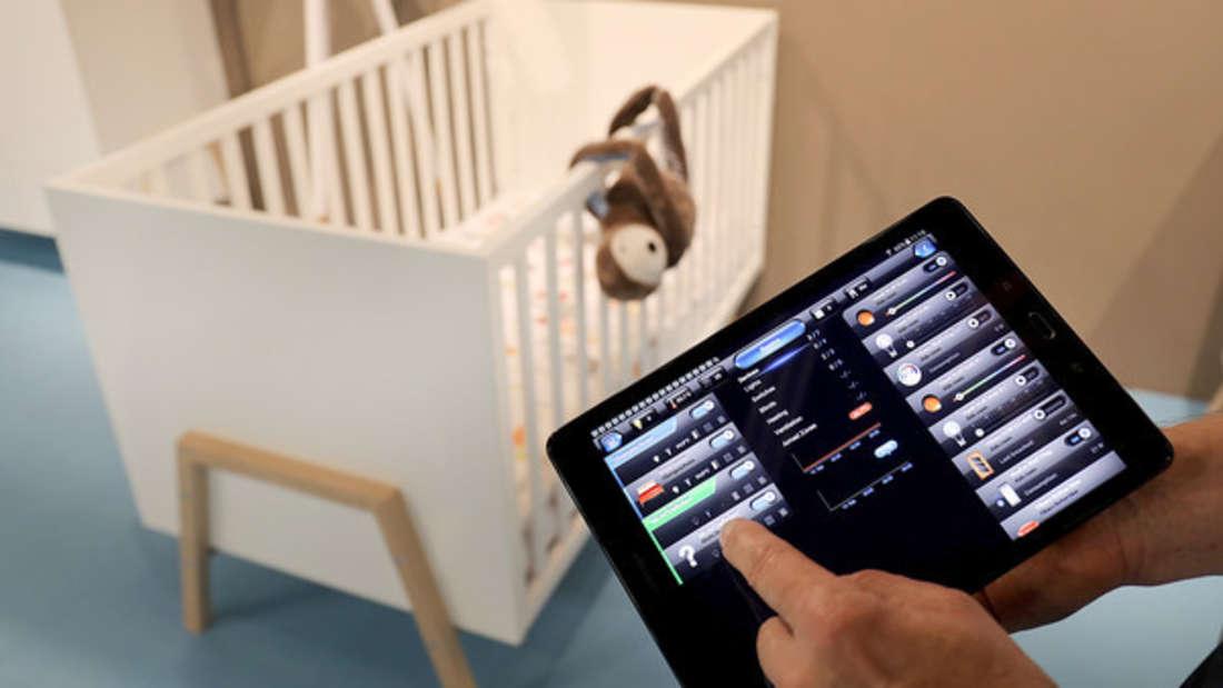 Ein Baby-Monitor soll dabei helfen, das Kind stets im Blick zu haben - doch manchmal kommen auch gruselige Aufnahmen zustande.