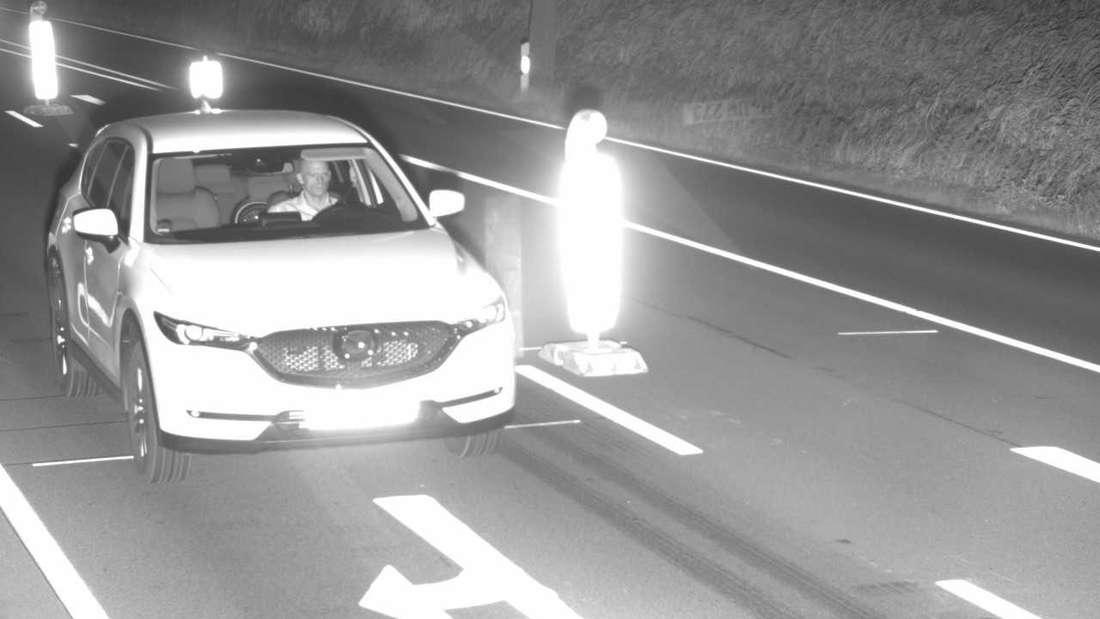 Ein Auto-Dieb soll mit einem gestohlenen Mazda CX-5 geblitzt worden sein. Nun fahndet die Polizei mit einem Blitzerfoto nach dem mutmaßlichen Täter.