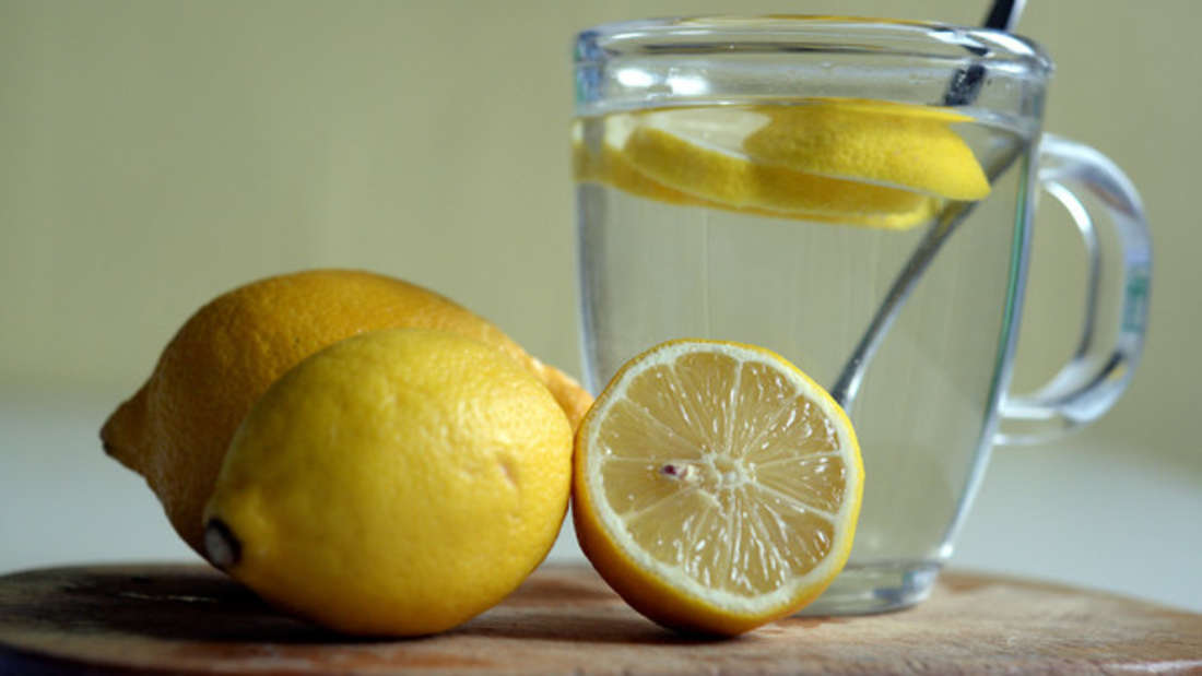Es wird diskutiert, ob ein niedriger Vitamin-C-Spiegel im Blut Herzkrankheiten fördert. Zitrusfrüchte wie Zitronen, Orangen aber auch anderesObst wie Papayaenthalten besonders viel Vitamin C. Dieses soll die Blutgefäße stärken, vor oxidativem Stress schützenund die Aufnahme von Cholesterin hemmen.