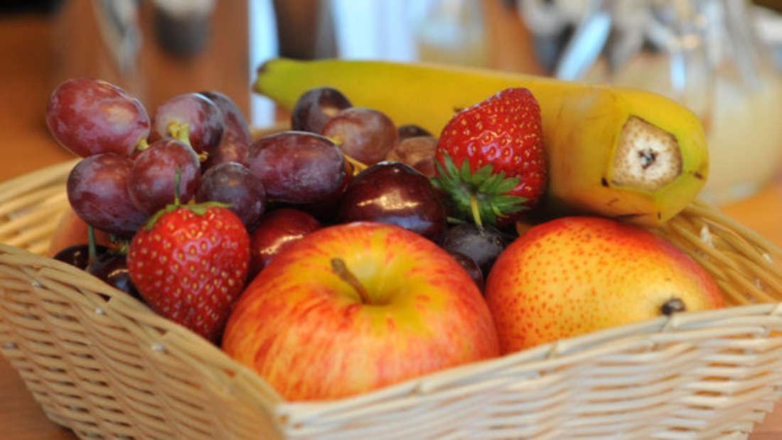 Bananen enthalten viel Kalium und wenig Natrium und sind deshalb ein wahrer Herzstärker.Auch andere Obstsorten und auch Trockenobst zählen zu den kaliumreichen und natriumarmen Nahrungsmitteln und sind deshalb für eine herzgesunde Ernährung geeignet.