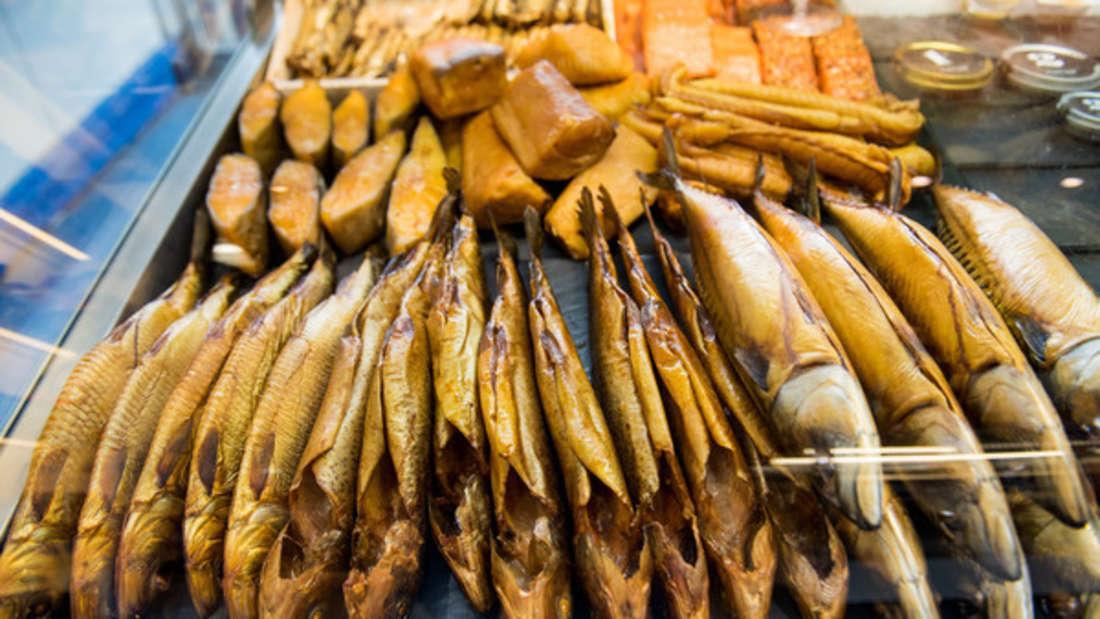 Omega-3-Fettsäuren sollen gutes Cholesterin erhöhen, Entzündungen im Körper hemmen und das Risiko für Herzerkrankungen senken. Vor allem in Seefisch wie Forelle, Makrele, Lachs und Sardine istviel enthalten. Gute Omega-3-Lieferanten sind außerdem Samen wie Chia und Sesam.