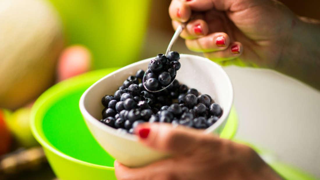 Heidelbeeren liefern viele Antioxidantien, die die Zellen und so auch die Blutgefäße schützen. Deshalb wird ihnen eine herzgesunde Wirkung zugesprochen. Auch andere Beeren haben diesen Effekt.