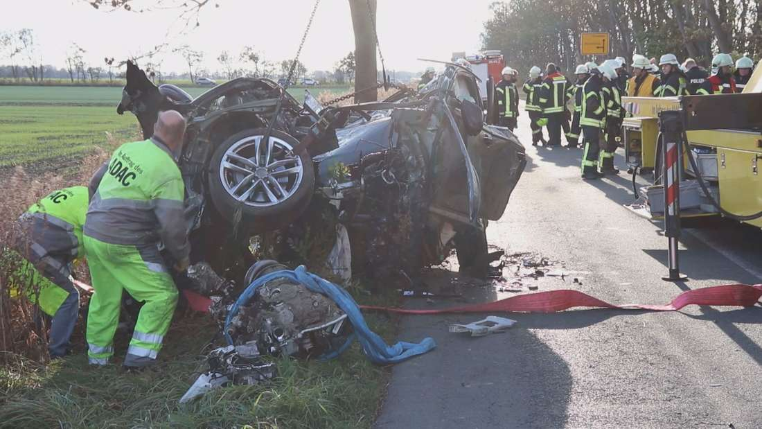 Zu einem tödlichen Unfall kam es zwischenNorden und Krummhörn im Landkreis Aurich, bei dem ein Audi A6 regelrecht zerrissen und die Trümmerteile 150 Meter weit verstreut wurden.