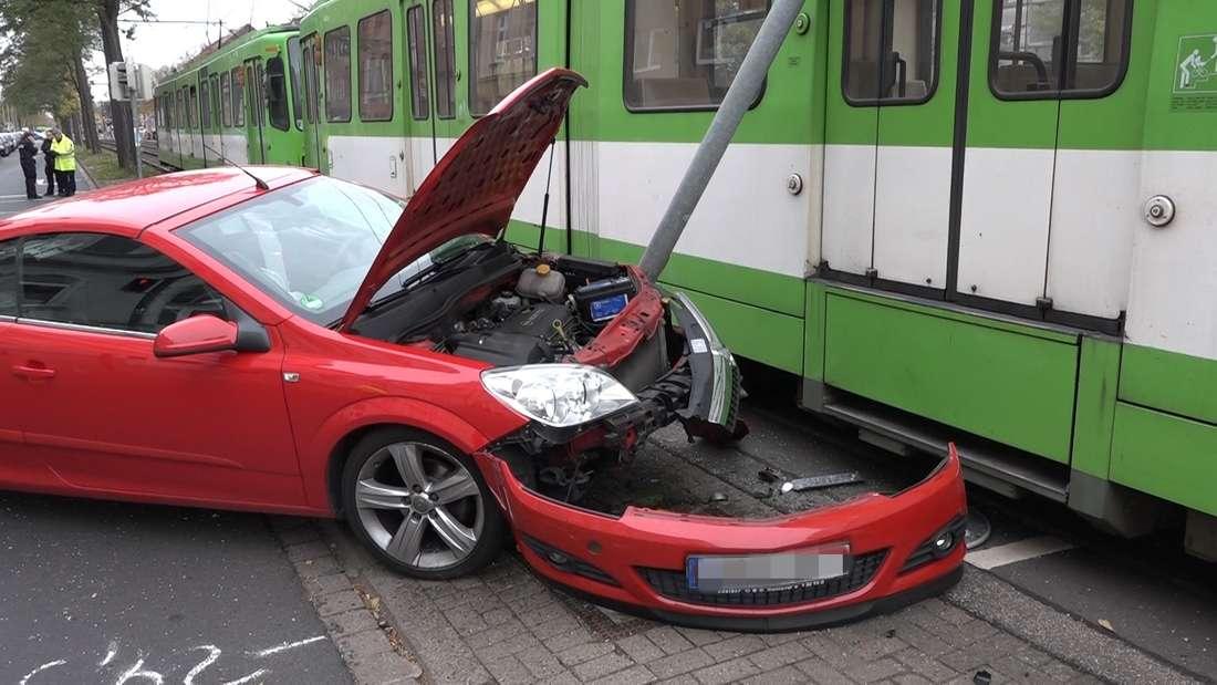 In Hannover sind bei einem Unfall zwischen einer Üstra-Stadtbahn und einem Opel zwei Personen und ein Hund verletzt worden.