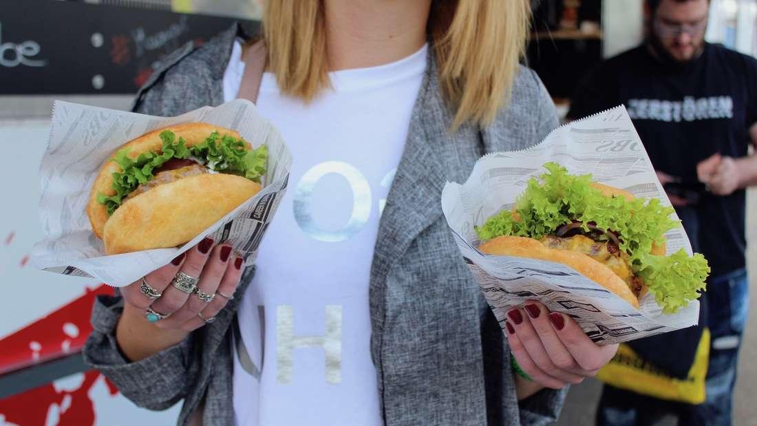 Der Langos-Burger auf der Tattoo-Convention in Mannheim.