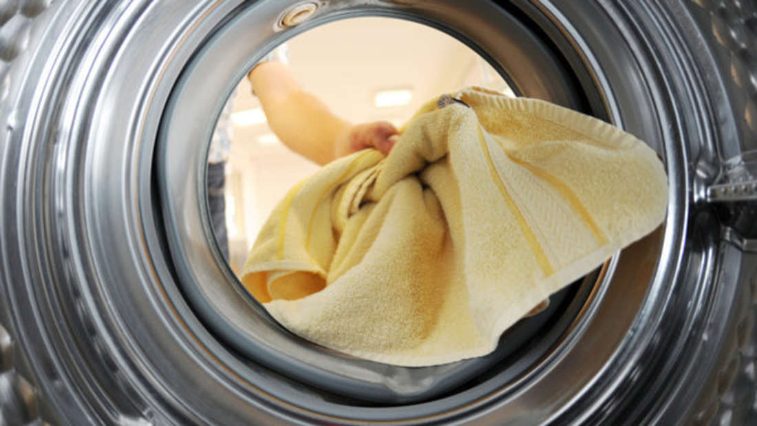 In der Regel können Handtücher schon in den Trockner gegeben werden. Doch landen sie zu oft darin, können Sie einlaufen, sich verziehen oder kratzig werden. Deshalb sollten Sie sie auch einmal auf der Wäscheleine trocknen.