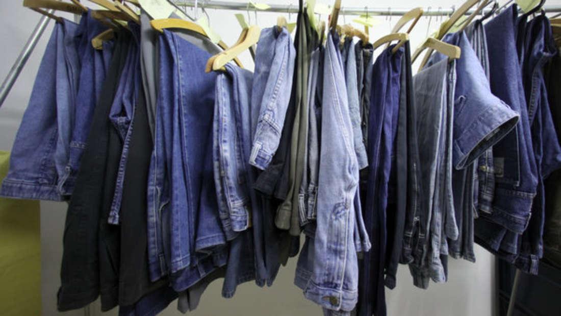 Reine Baumwolljeans können zwar bei niedrigen Temperaturen und Umdrehungszahl in den Trockner gegeben werden, doch die schonendere Methode ist es, sie einfach auf den Kleiderständer zu hängen.