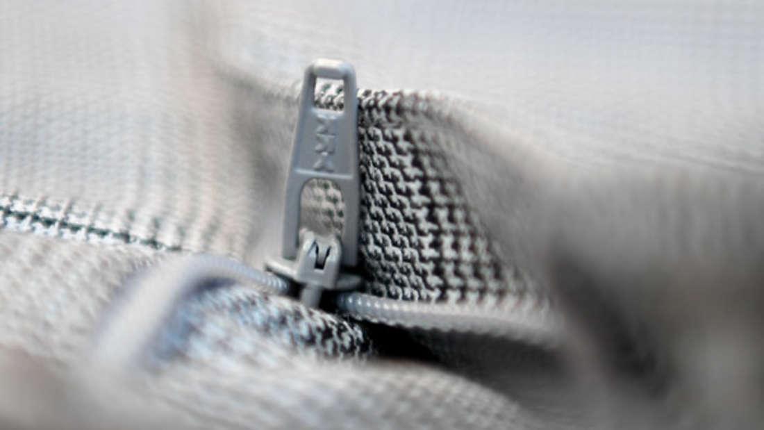 Reißverschlüsse an sich überstehen den Trockner recht gut. Doch im aufgeheizten Zustand können Sie dem Rest der Kleidung gefährlich werden und für Löcher sorgen.