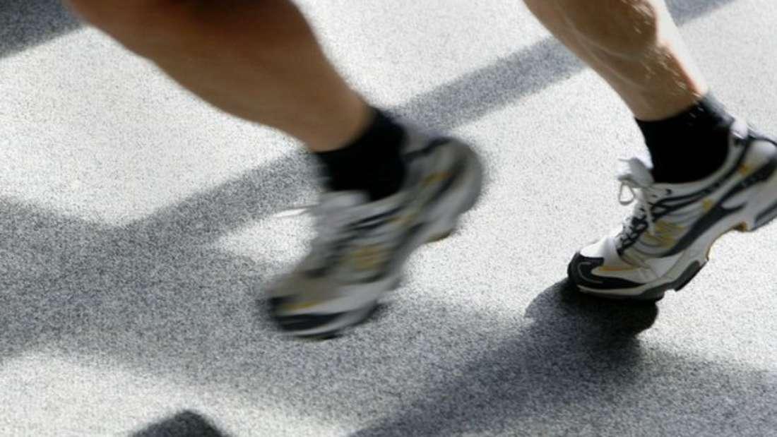 Das Waschen und Trocknen von Laufschuhen beeinträchtigt die Materialeigenschaften. Kunststoff- und Gummiteile können sich bei der Hitze verziehen. Deshalb lieber auf den Trockner verzichten.