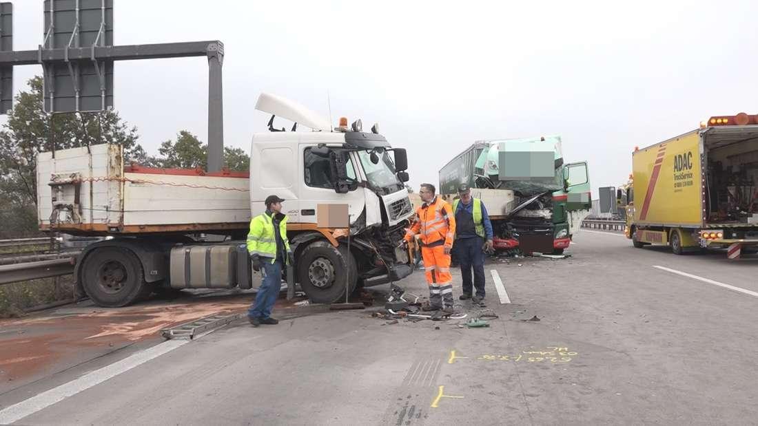 Nach einem heftigen Unfall glich die A1 bei Bremen einem Trümmerfeld - Wer die Schreckens-Bilder sieht, kann kaum fassen, dass niemand verletzt wurde.