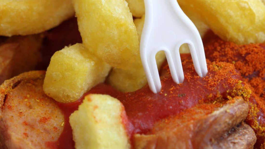Currywurst und Pommes sind unterwegs ein leckerer Imbiss, doch leider hinterlassen Ketchup und Co. fiese Flecken auf dem Hemd.