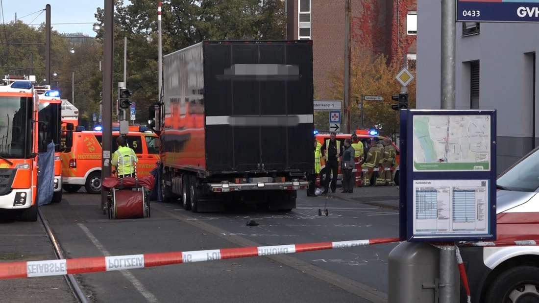 Zu einem Alptraum-Unfall kam es am Dienstagmorgen, als eine Frau beim Überqueren der Humboldtstraße in der Calenberger Neustadt in Hannover von einem LKW erfasst und überrollt wurde.