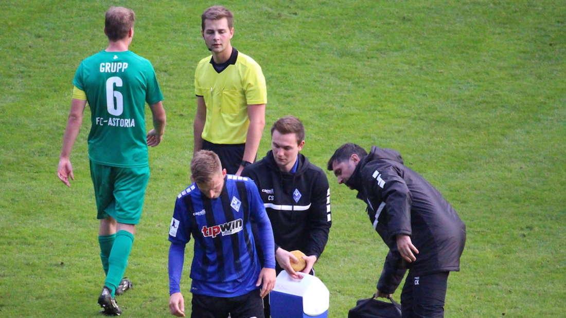 Timo Kern geht gegen Walldorf verletzt vom Platz.