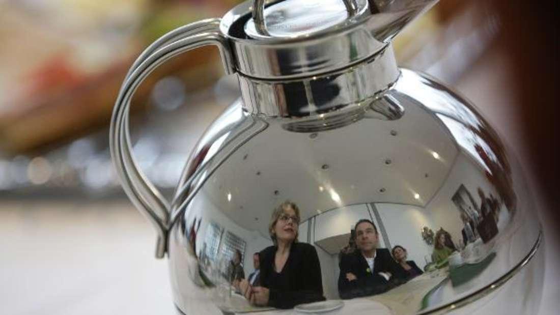 Kaffeekannen zu reinigen und von Ablagerungen zu befreien, ist gar nicht so einfach.