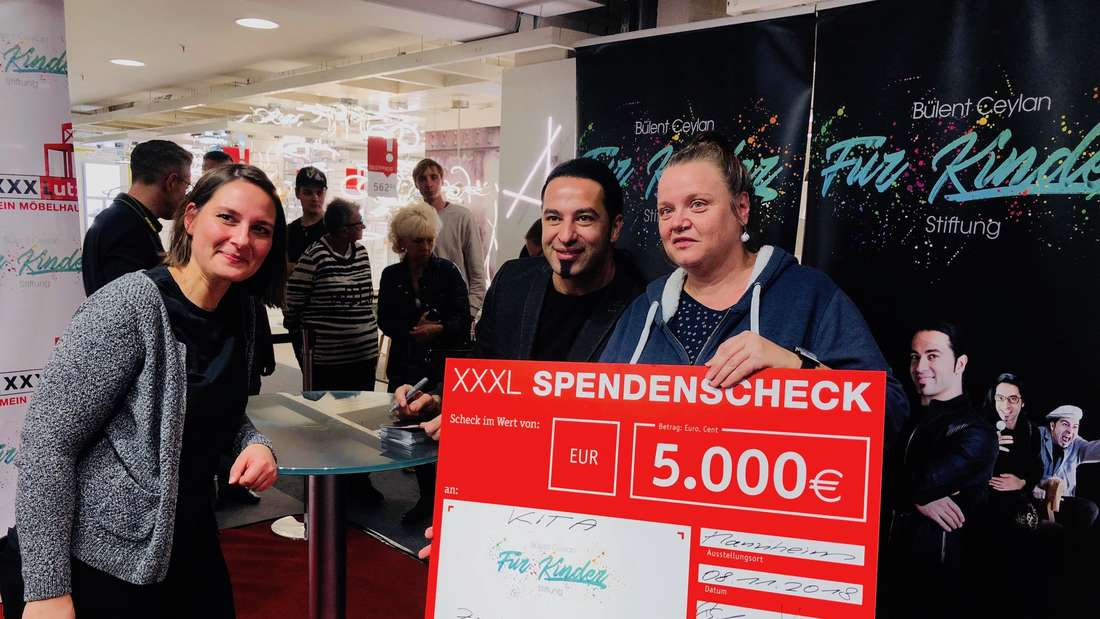 Bülent Ceylan übergibt Spende an Kindergärten in XXXLutz Mann Mobilia