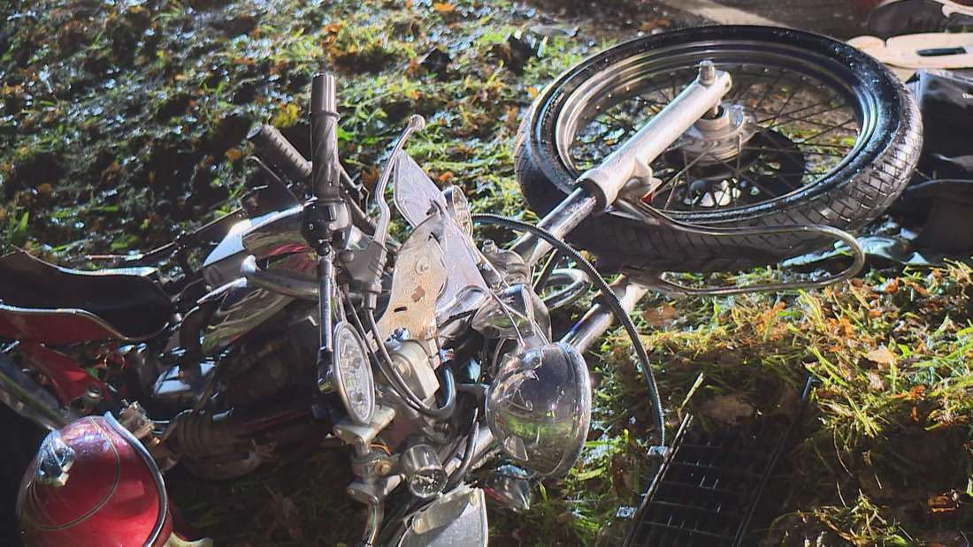 Ein Bild des Schreckens bot sich den Ersthelfern nach einem furchtbaren Unfall in Ganderkesee. Ein Motorrad-Fahrer rutschte in einer Kurve weg und prallte frontal in einen entgegenkommenden Opel.